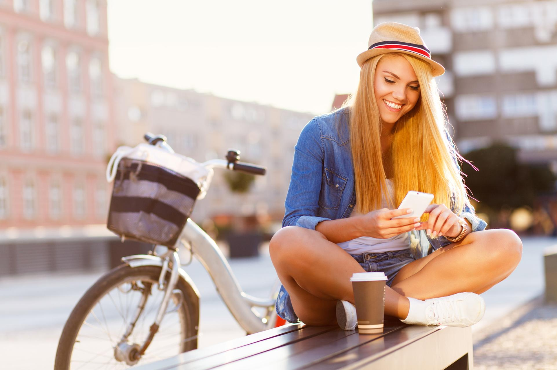 woman_iphone_bycicle